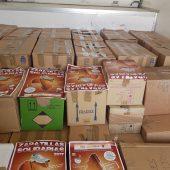 Cajas de zapatillas solidarias cargadas en el camión para el envío