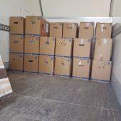 Cajas de zapatillas cargadas en el camión