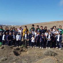 Escolares participantes en la plantación en la Montaña Blanca