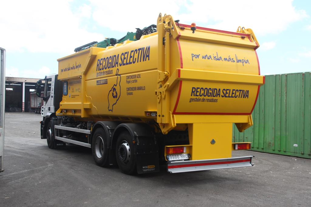 Camión de recogida del contenedor azul y amarillo